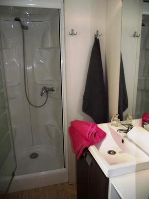 Mobil homes rental in camping Les Prairies de la mer, model with three bedrooms , the Bathroom with shower